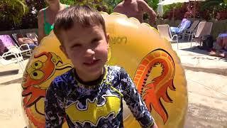 Аквапарк и горка с АКУЛАМИ Макс потерял трусы Самый крутой аквапарк в МИРЕ Water slide & Sharks