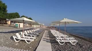 """Пляж """"Свирский"""" в Лазаревском, Сочи. Жара, но гостей курорта еще мало, 2 июня 2018"""
