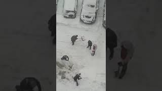 Жители Одинцово вышли убирать снег, ул. Комсомольская