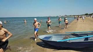 Погода в Анапе. Прогулка по пляжу. Много людей. Вода в море холодная.