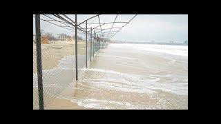 В Анапе на пляже появился странный забор
