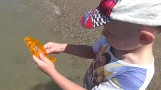 #Анапа. 3 июля 2019г. Центральный пляж. Денис меряет температуру воды перед отьездом